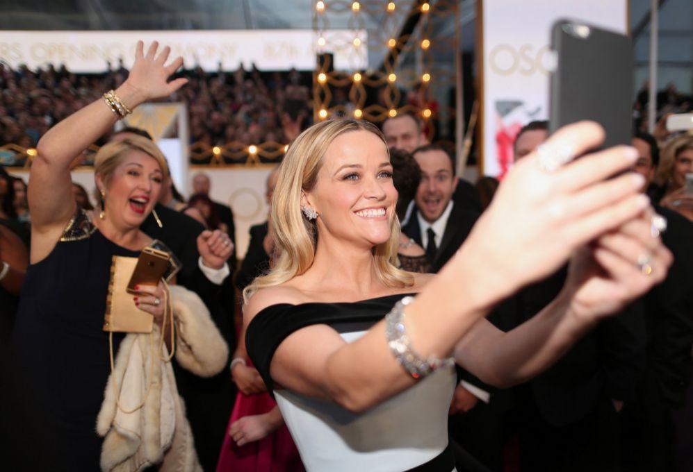 Reese Witherspoon, en pleno selfie en la alfombra roja.