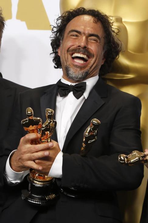 Alejandro González Iñárritu posa con tres de los cuatro premios de...