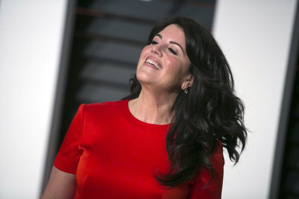 Monica Lewinski, a su llegada a la fiesta de Vanity Fair.