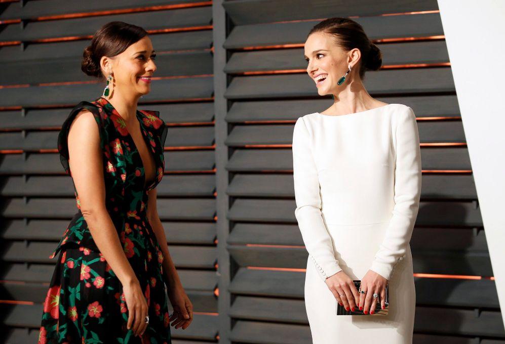 Rashida Jones (i) y Natalie Portman, en la fiesta de Vanity Fair.
