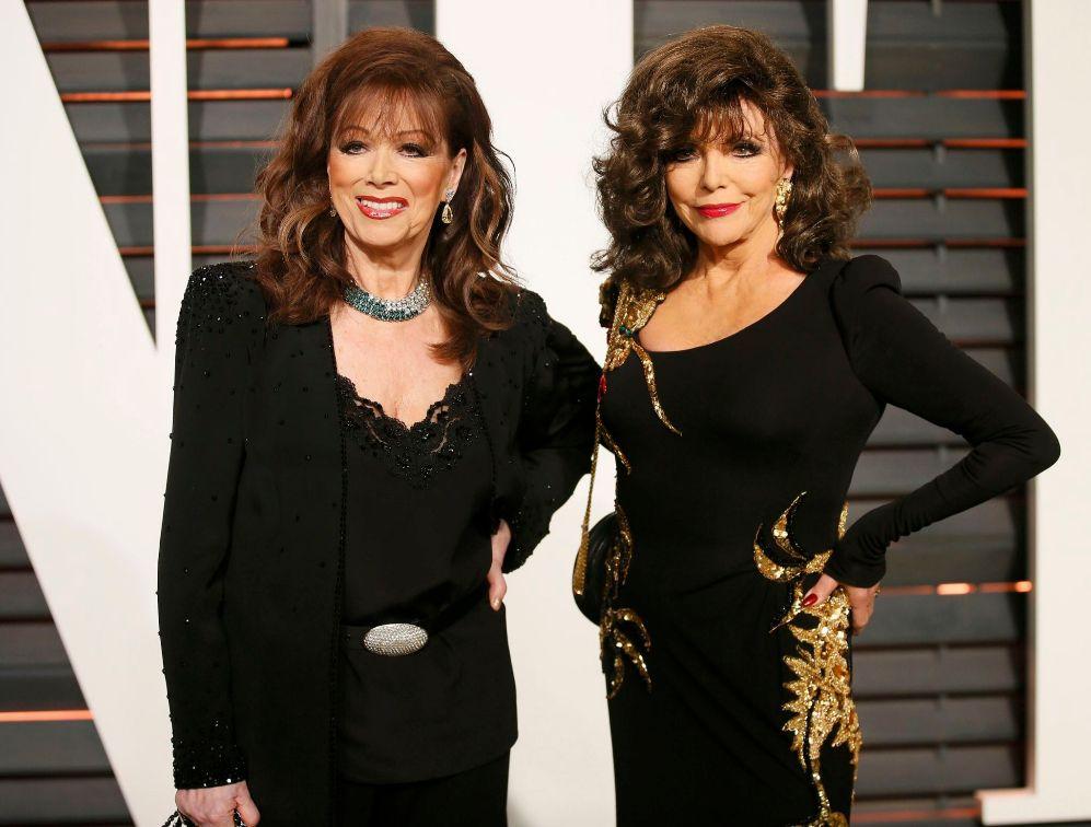 La actriz Joan Collins (d) ha acudido a la fiesta de Vanity Fair con...