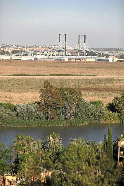 La dehesa de Tablada, con el río en primer plano.