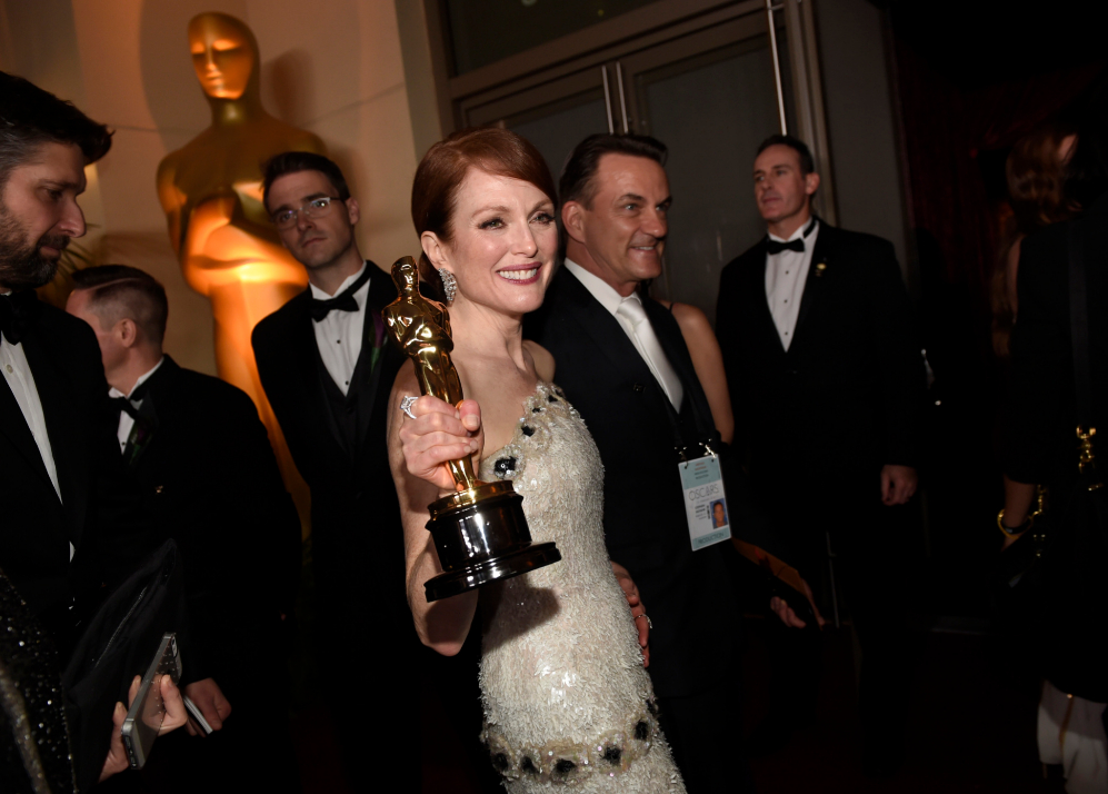 Julianne Moore presume de Oscar en la fiesta del gobernador.
