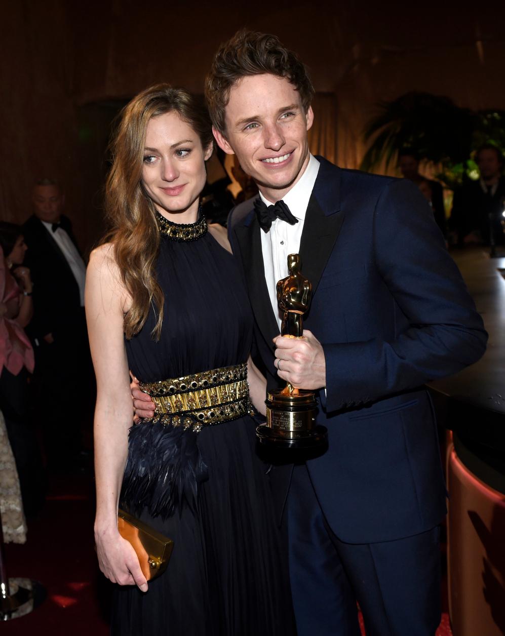 Guapos y sonrientes Hannah Bagshawe y Eddie Redmayne, ganador al Oscar...