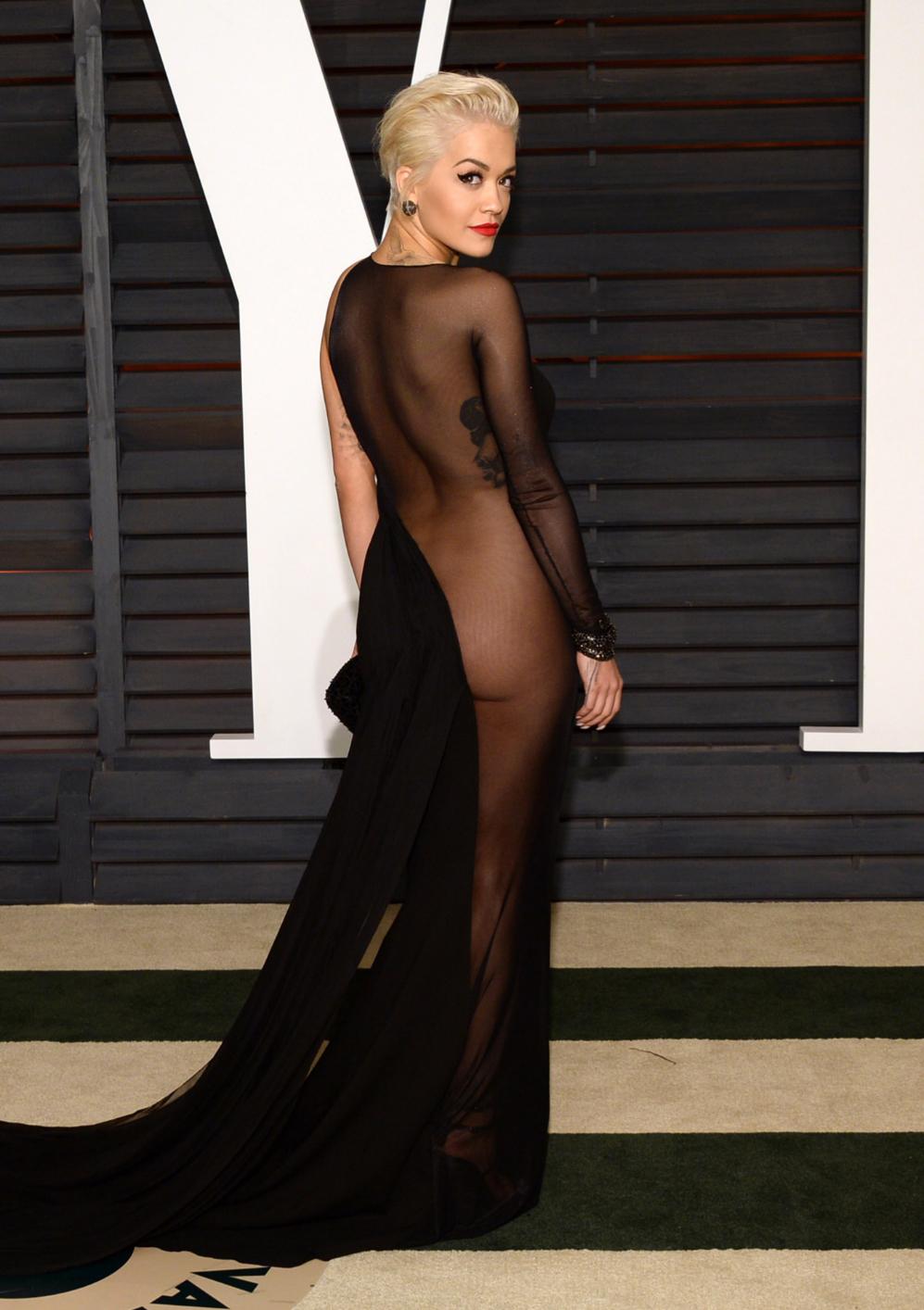 La cantante Rita Ora se cambió de modelo para acudir a las fiestas y...