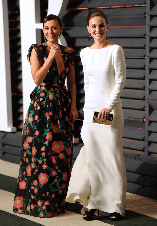 Rashida Jones (i) y Natalie Portman, compartiendo confidencias en la...