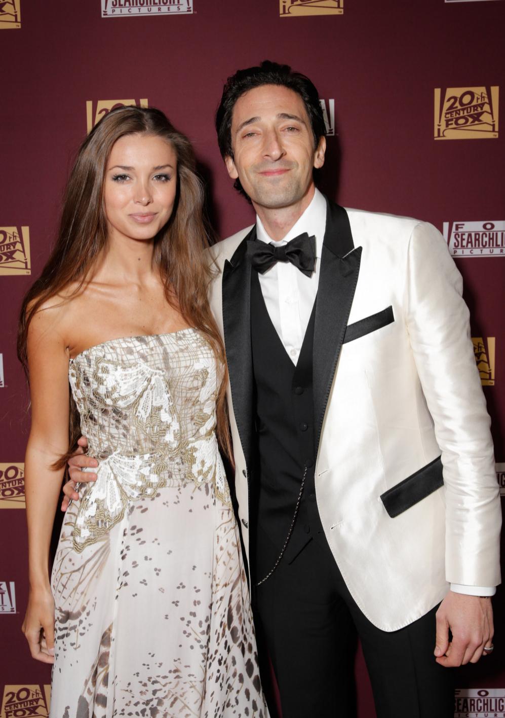 Lara Lieto (i) y Adrien Brody, en la fiesta de FOX.