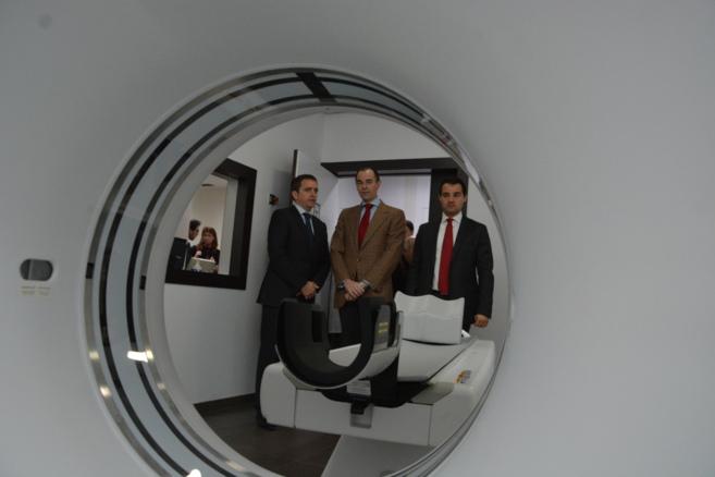 El conseller, junto con el alcalde de Torrevieja, en la inauguración...