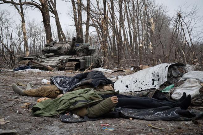 Soldados ucranianos muertos junto a un tanque destruido en Devaltsevo.