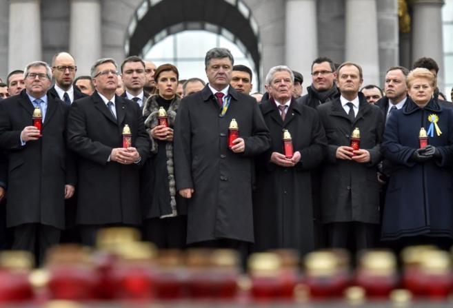 El presidente ucraniano Petro Poroshenko, junto a otros dirigentes, en...