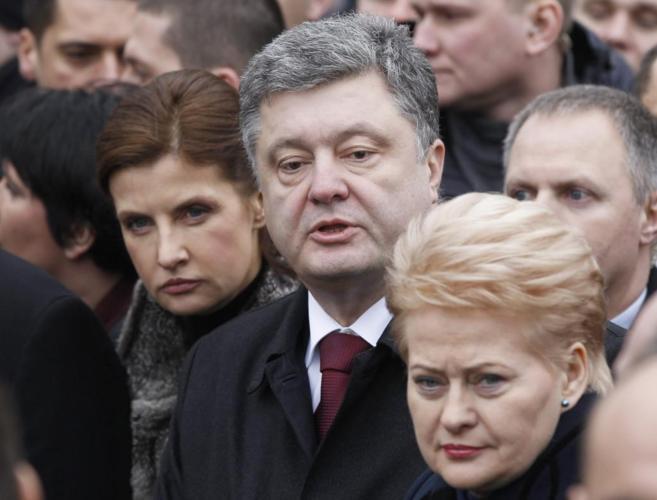 La presidenta lituana Dalia Grybauskaite, (derecha) junto al...
