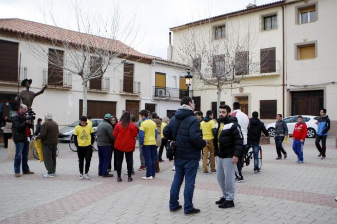 Varios vecinos de Ossa de Montiel en la plaza del municipio momentos...