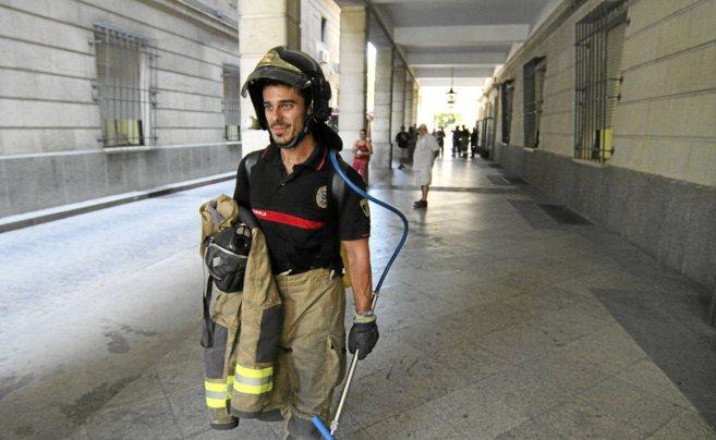 Un bombero en los juzgados del Prado tras el fuego de agosto.