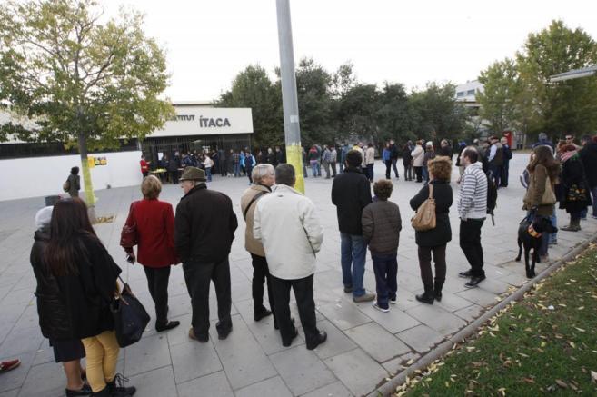 Colas para votar en la consulta del 9-N en un instituto de Barcelona.
