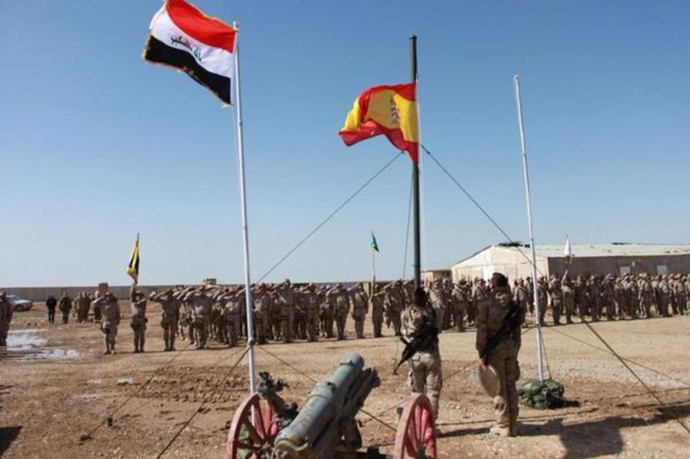 La bandera española ondea en la base de Besmayah.