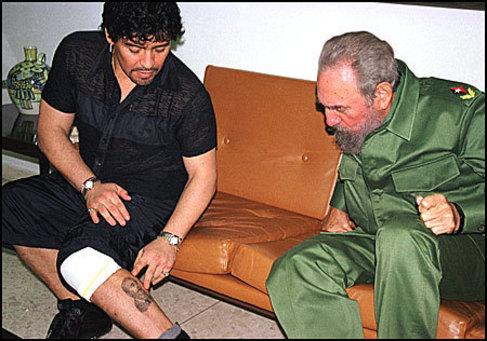 Maradona le enseña a Fidel Castro el tatuaje que lleva de su rostro...