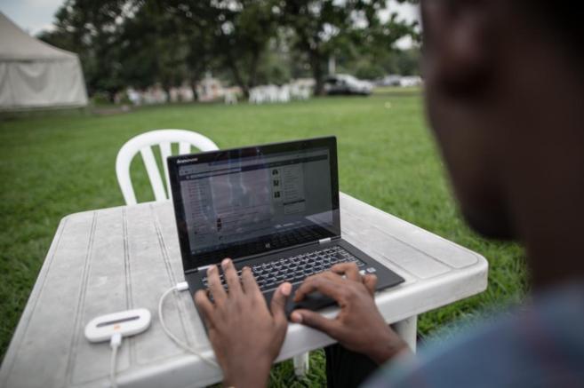 Un joven ingenieron accede a Internet desde su portatil en Kinshasa...