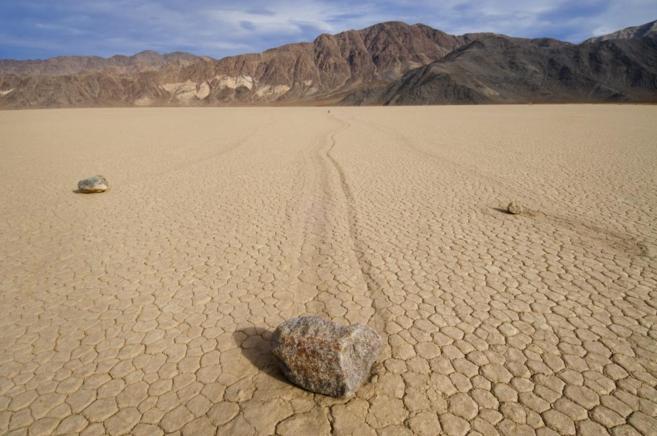 Suelo agrietado en el desierto de California.
