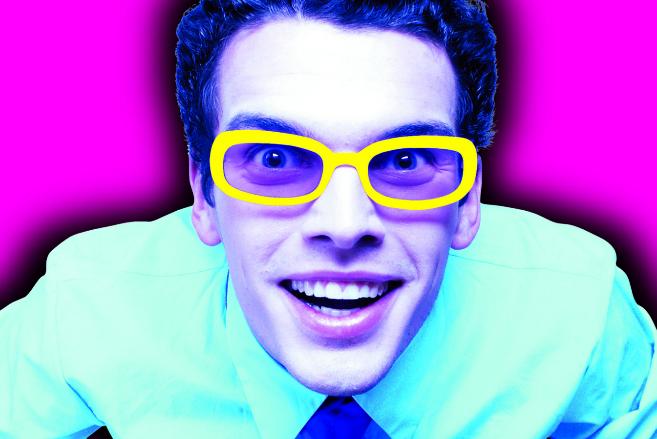 Un hombre con gafas amarillas