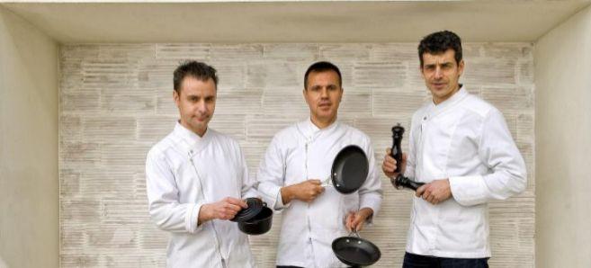 Eduard Xatruch (con la olla), Oriol Castro (con las sartenes) y Mateu...