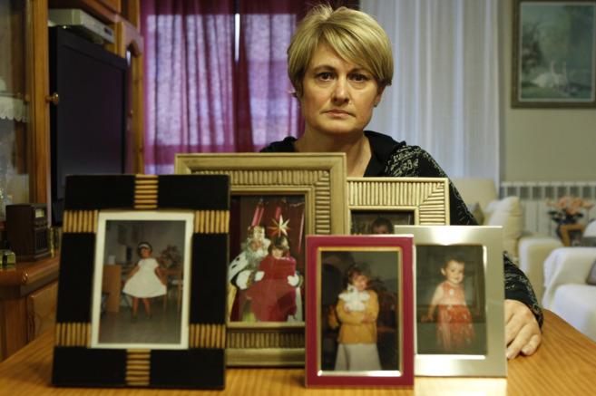 Ángela González Carreño, junto a las imágenes de su hija...