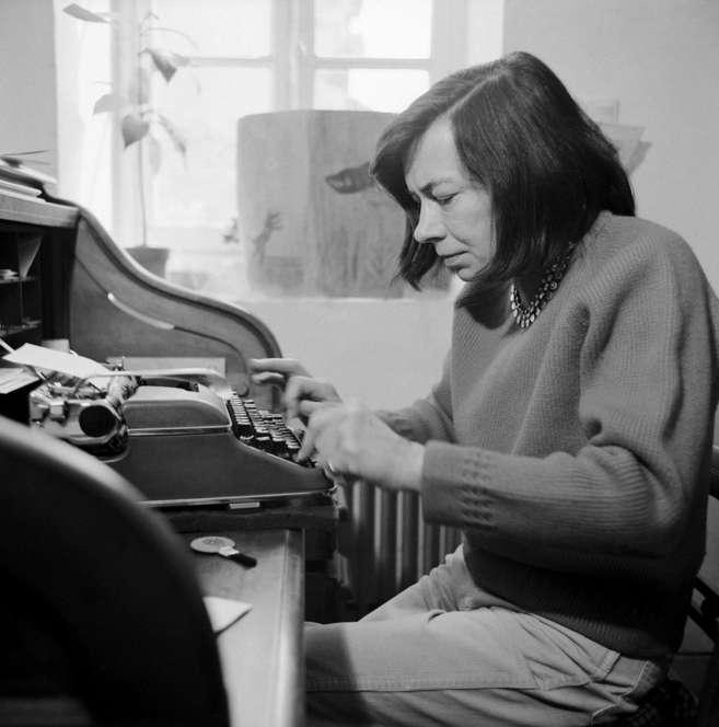 Patricia Highsmith, escribiendo en su casa de París en 1977.