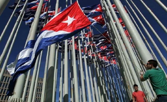 Un grupo de adolescentes iza banderas cubanas en La Habana