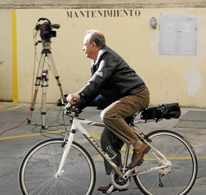 El juez Castro llegando en bicicleta a los juzgados de Palma.