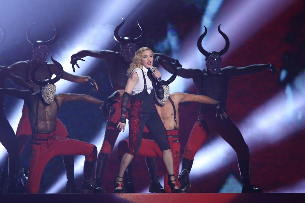 Madonna durante su actuación en los Brit Awards, acompañada por sus...