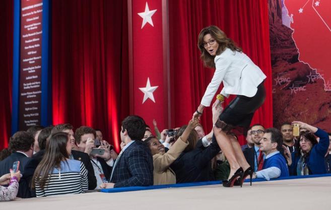 La ex gobernadora de Alaska Sarah Palin saluda duranta la 42 edición...