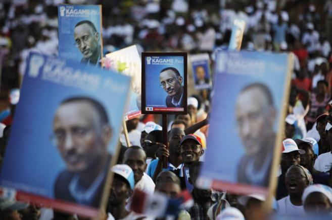 Asistentes a un mitin del presidente de Ruanda, Paul Kagame, portan...