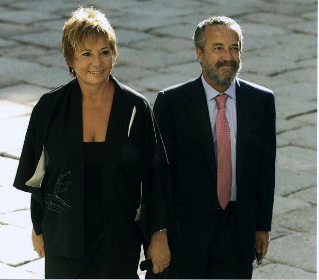 Celia Villalobos, junto a su marido, Pedro Arriola, en 2002 en la boda...