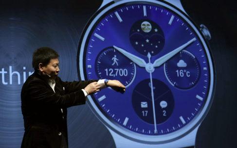 El presidente ejecutivo de Huawei, Richard Yu, muestra el nuevo Huawei...