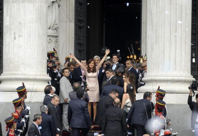La presidenta argentina, Cristina Fernández, saluda hoy, a su salida...