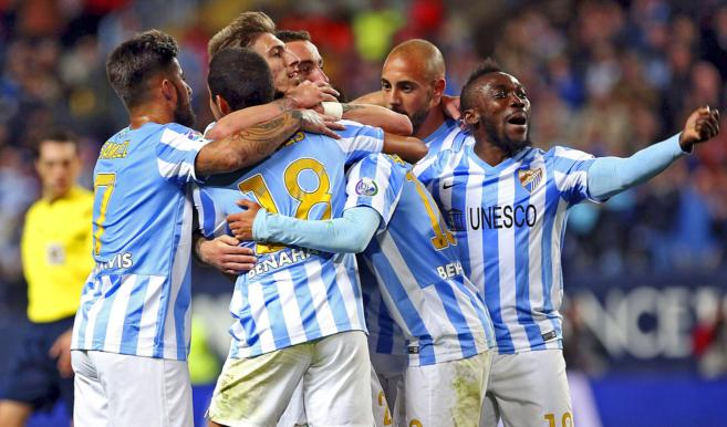 Los jugadores del Málaga festejan el gol de Dader al Getafe, en el...
