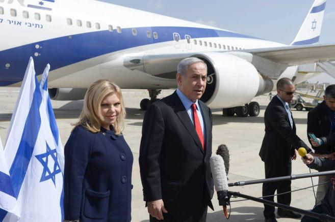 El primer ministro israelí, Benjamin Netanyahu, con su mujer Sarah,...