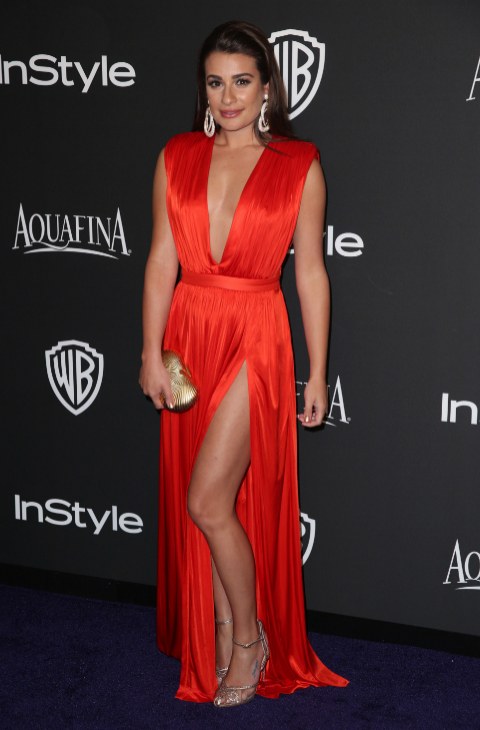 07b0183c18257 Combinar el vestido rojo con complementos en dorado es una de las.