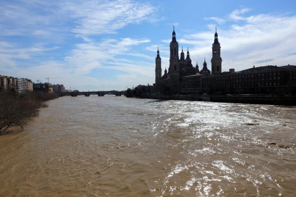 El Ebro pasando junto a la catedral de Zaragoza.