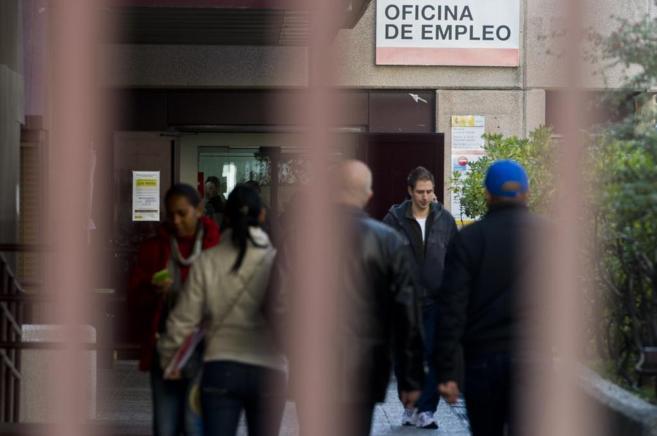 Gente esperando para cobrar la prestación por desempleo
