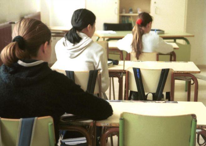 Varios alumnos asisten a una clase en un centro educativo.