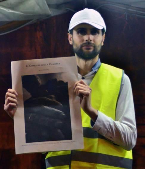El artista, con un ejemplar de 'Il Corriere della Camorra'.