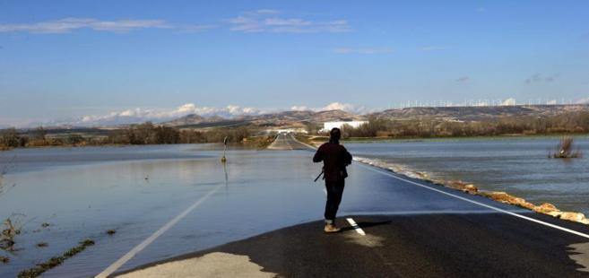 Una persona contempla la carretera entre Fustiñana y Ribaforada, en...