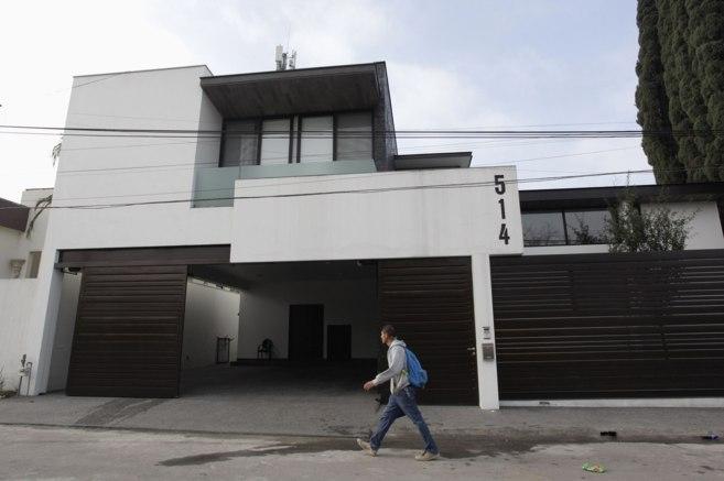 Un hombre camina por delante de la casa donde fue detenido Omar...
