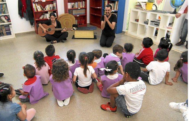 Niños de Infantil del colegio La Paz de Sevilla escuchan a un...