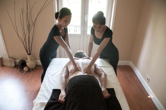 Dos empleadas dan un masaje a un cliente en el centro Sangpanya.