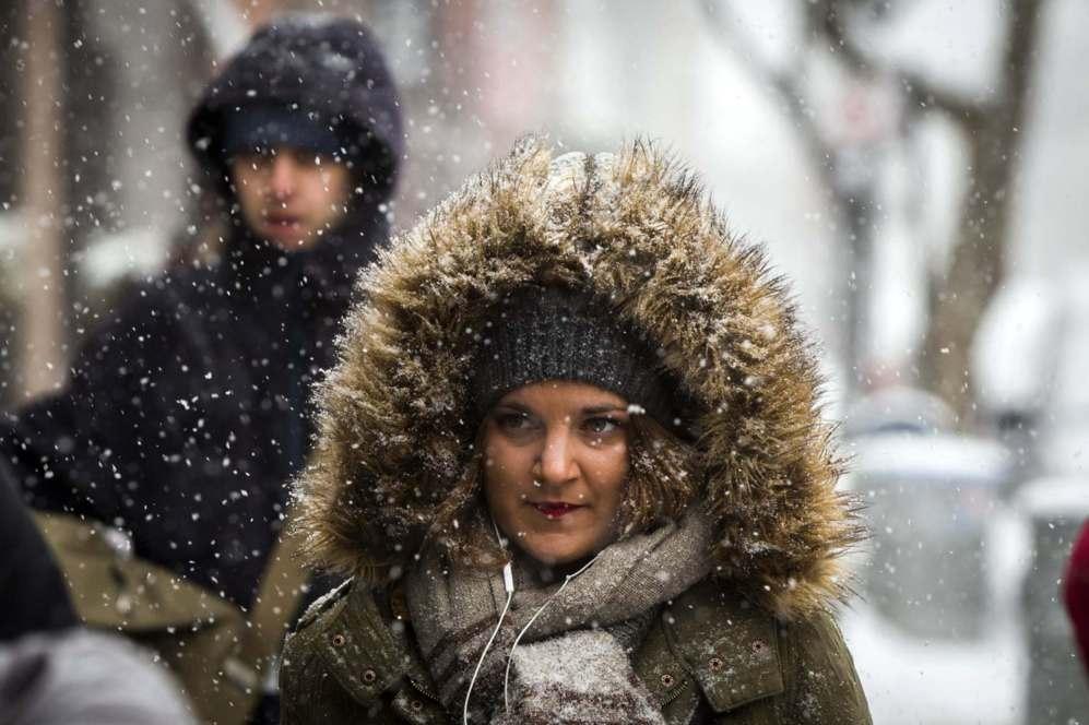 Muy Por Las Camina Mujer Abrigada Una Internacional De Calles p1wUTqnn