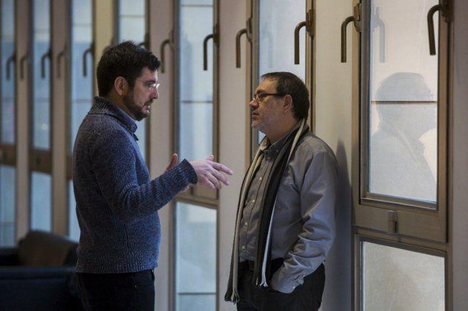 El candidato de EU, Ignacio Blanco, conversa con el diputado Lluis...