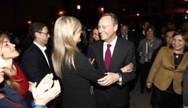Alberto Fabra saluda a Asunción Sánchez Zaplana, quien le felicita...