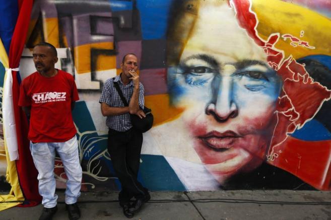 Dos ciudadanos esperan para entrar en el mausoleo de Hugo Chávez.