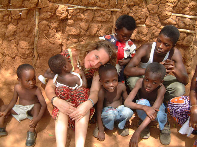 Lisa, con algunos de los chavales de su orfanato.